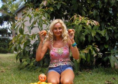 سيدة تتخذ الفاكهة بديلا للطعام