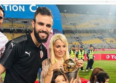 زوجة حمدي النقاز ترفع كأس البطولة مع زوجها