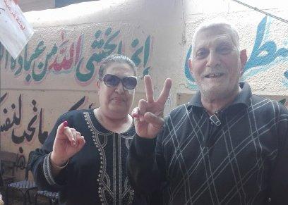 «رفعت» يوصل زوجته وبناته على دراجته البخارية إلى لجانهم الإنتخابية: «لازم نبقى دولة عظمى»