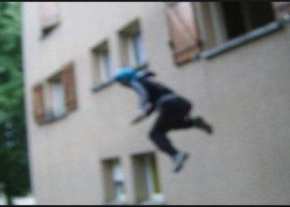 رجل يلقي بزوجته من الطابق الثالث