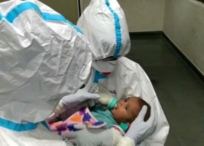 ممرضات يرضعن طفلا بعد اصابة والدته بفيروس كورونا