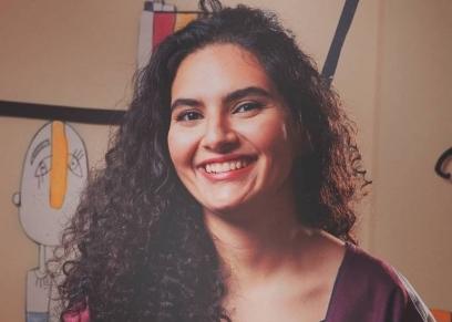 سمية أبو العز تحترف فن الرسم على القماش على هيئة قصص مصورة