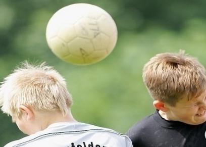 نطح كرة القدم 20 مرة بالرأس يؤثر على وظائف الدماغ