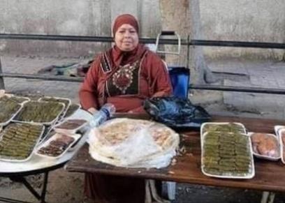 الحاجة فتحية إدارية في المدرسة الصبح.. وبعد الظهر بتبيع محاشي وحلويات في الشارع
