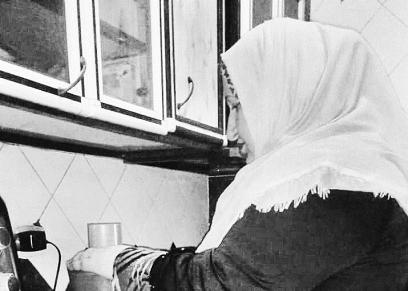 «منة» أثناء تحضير الطعام فى المشروع