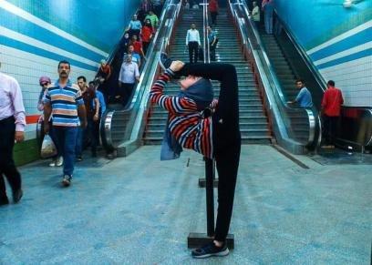 فتاة ترقص الباليه في أحد محطات مترو الأنفاق