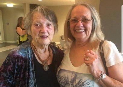 بالصور| ابنة أمريكية تلتقي والدتها بعد 69 عاما