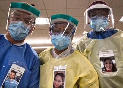 أطباء يضعون صورهم على البالطو الأبيض لكسر حاجز خوف المرضى