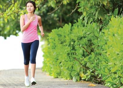فوائد المشي بقدمين حافيتين في الطبيعة