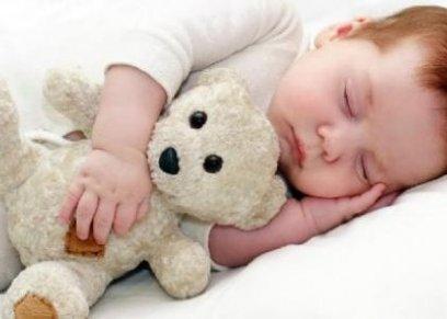 منها الحمام الدافىء..6 طرق تساعد الطفل على النوم مبكرا