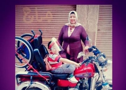 آية برفقة ابنها حسن على الموتوسيكل