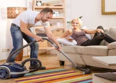 دراسة: مساعدة الرجل في الأعمال المنزلية يساهم في تنشيط العلاقة الجنسية