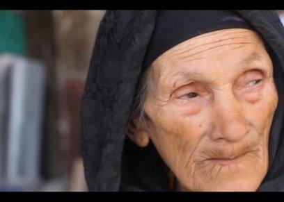 «أحمد»: جدتى عمرها 85 عاماً وتعمل بمحل مواد بناء للإنفاق على أحفادها.. وترفض مبدأ «الجلوس فى البيت»
