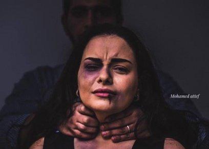 مصور يجسد معاناة الزوجات مع العنف الزوجي