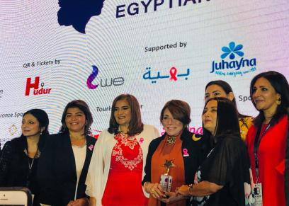 تكريم الفنانة لبنى عبد العزيز في منتدى المرأة المصرية