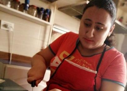 زينة تقوم بإعداد الطعام