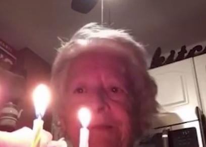 جدة تحتفل بعيد ميلادها بمفردها بسبب كورونا