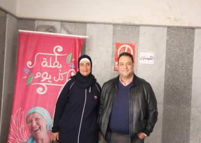 الفنان مراد مكرم مع إحدى مريضات السرطان