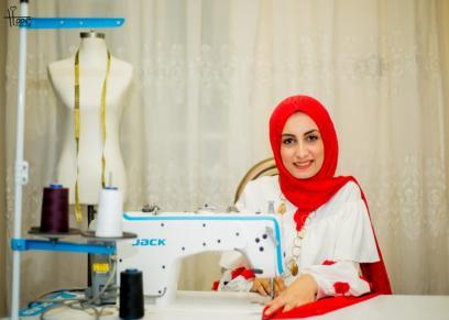 نجلاء تحقق حلم عمرها في تصميم الأزياء بمساعدة زوجها ووالدتها ... الرجل
