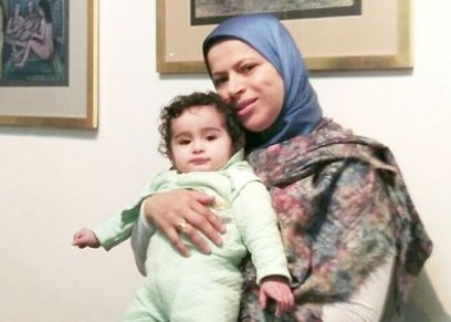 الصحفية سماح عبدالسلام مع طفلتها ديالا