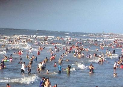 جانب من أحد الشواطئ أثناء فترة الصيف
