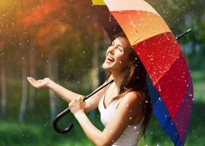 خبيرة تجميل تقدم أفكار لمكياج طبيعي في الجو الممطر
