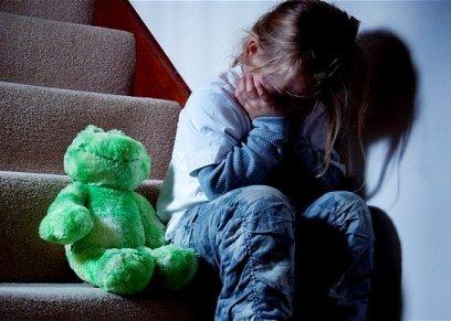 هل إهمال الوالدين طفلهما يعتبر جريمة؟.. قانوني يوضح