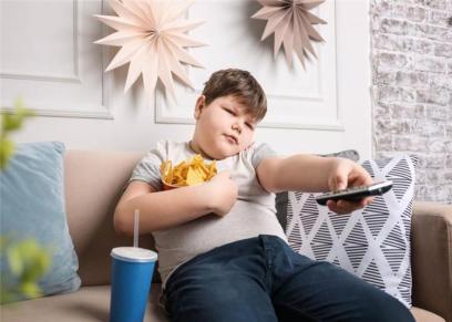 دراسة توضح خطورة تناول الأطفال للطعام اثناء مشاهدة التلفاز