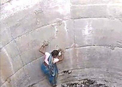 سيدات هنديات يخاطرن بحياتهن من أجل قطرات المياة بالنزول إلى بئر عمقه 60 قدم