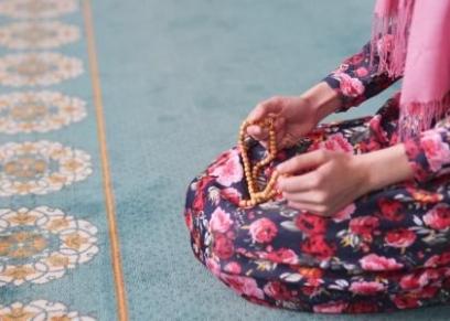 حكم ستر المرأة قدميها في الصلاة