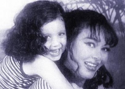 نهى العمروسي وابنتها