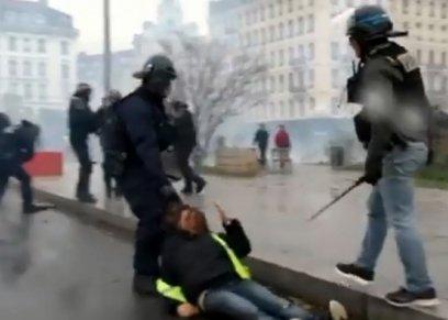 بالفيديو| شرطي يسحل