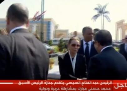 أثناء تلقي سوزان مبارك العزاء من الرئيس السيسي