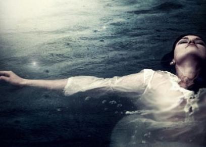 رجل يغرق زوجته في اليوم العالمي للمرأة