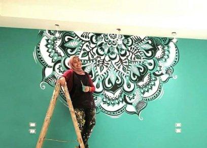آية رمضان تحول الحوائط والجدران الصماء إلى لوحات فنية