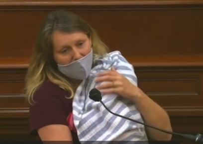 أمهات يتمسكن بالأمومة داخل البرلمان