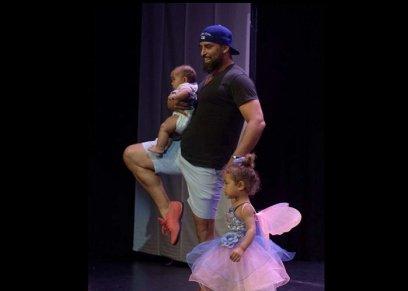 تصرف غير متوقع من أب لدعم ابنته اثناء لعب