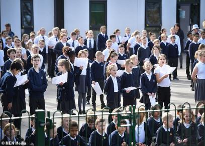 أطفال المدرسة يغنون للمسنين