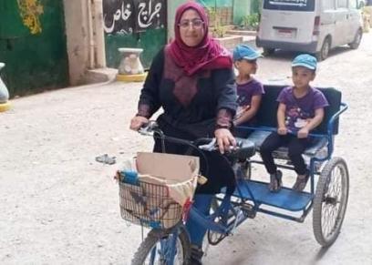 أم مريم تستخدم الدراجة في توصيل ابنائها المدرسة