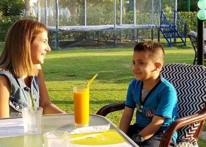 دنيا سمير غانم مع الطفل محمد مريض السرطان