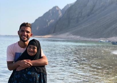 أحمد مع والدته في دهب