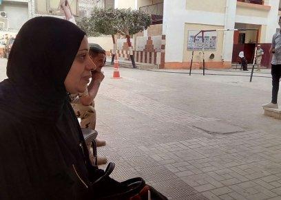 بخطوات بطيئة غير متزنة ونظرات شاردة محملة بالدموع، توجهت منى بيومي إلى لجنتها الانتخابية بمدرسة الفريق عزيز المصري الإبتدائية بمنطقة الهرم، للإدلاء بصوتها، متوشحة بالأزياء السوداء، حداداً على وفاة زوجها المفاجئة منذ ١٣ يوماً.