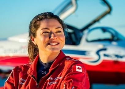 الطيارة الكندية الكابتن جينيفر كيسي