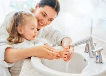 غسل يدين الأطفال