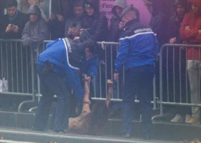 الشرطة الفرنسية تلقي القبض على إحدي متظاهرات فيمن