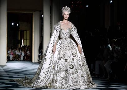 زهير مراد يتألق بتصميماته الكلاسيكية في أسبوع الموضة بباريس