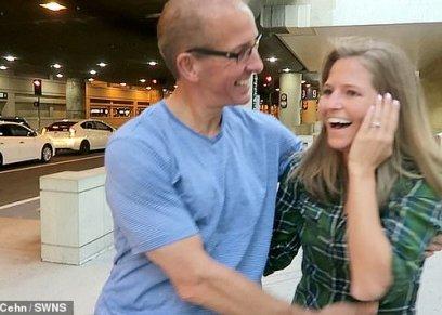 بالصور| في مشهد مؤثر  فتاة أمريكية تلتقي بوالدها بعد فراق  10 سنوات متتالية
