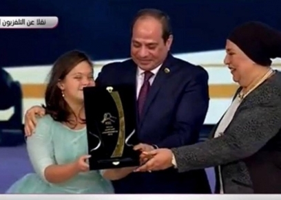 لحظة تكريم الرئيس لخالة السباحة فريدة