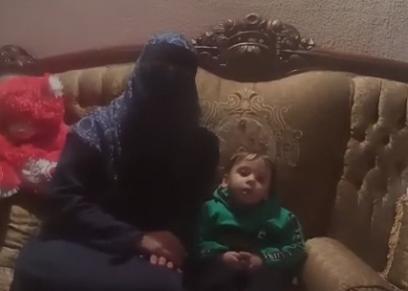 الطفل ريان مع والدته