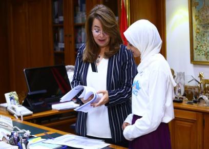 والي تستقبل الفتاه دنيا التي رشحتها مؤسسة بلان لتشارك و تعايش تجربة وزيرة التضامن الاجتماعي